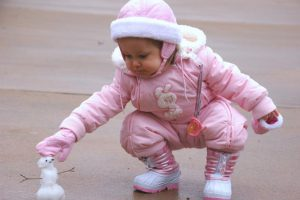child-and-snowman-1394151-639x424